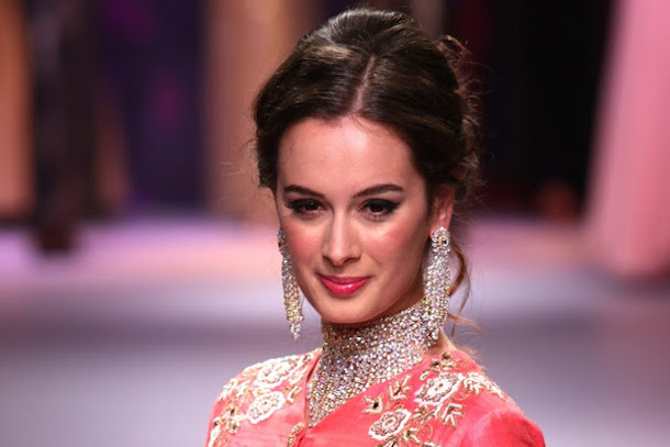 Actress, Evelyn Sharma looked like a royal princess, wearing a Dhruv Singh diamond encrusted choker and complementing chandlier earrings.
